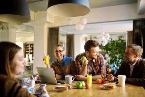 fruit op de werkvloer met collega's