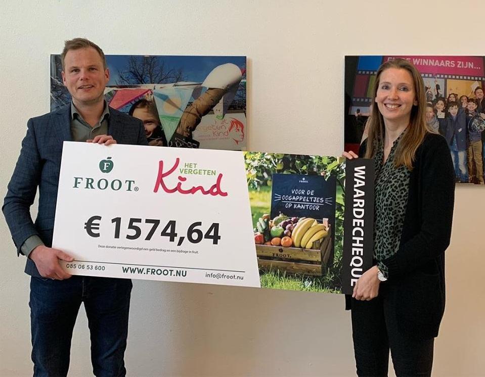 donatie cheque vanuit Froot voor Het Vergeten Kind