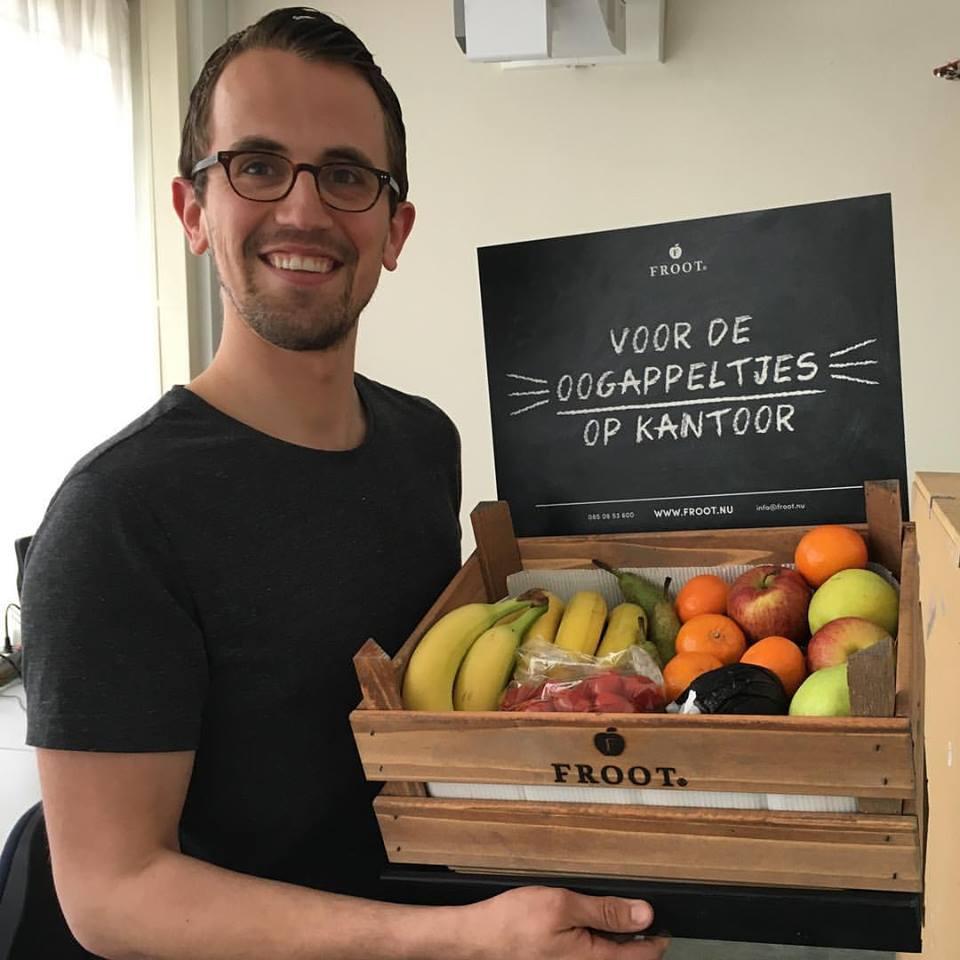 klant van Froot met een fruitkrat op het werk