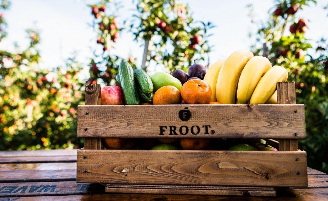 Fruit van Froot in een krat bij een boomgaard